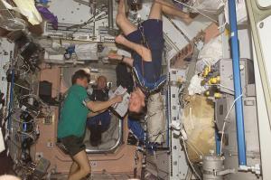 Русские космонавты заставляют американцев пить мочу